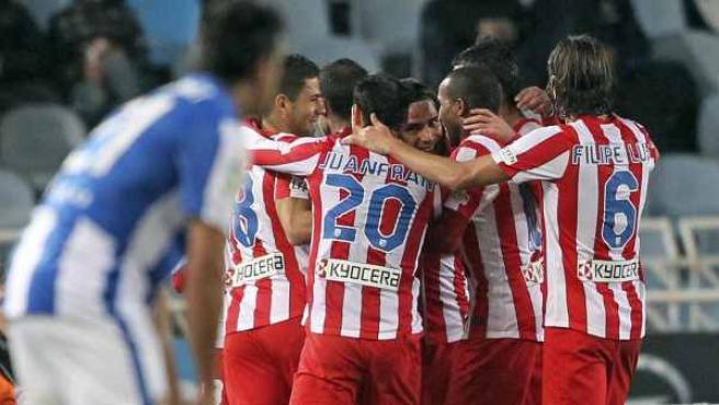 Los jugadores del Atlético celebran uno de los goles de Radamel Falcao a la Real Sociedad.