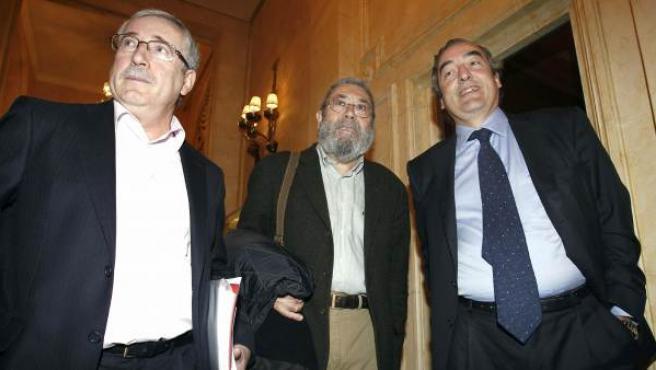 Los secretarios generales de CC OO, Ignacio Fernández Toxo, y de UGT, Cándido Méndez, junto con el presidente de la CEOE, Juan Rosell.