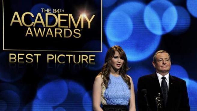 Jennifer Lawrence y Tom Sherak anuncian a los candidatos a mejor película de la 84 edición de los premios Óscar.
