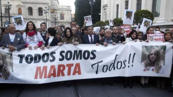 Cabecera de la marcha en Sevilla por Marta del Castillo, con Juan Ignacio Zoido acompañando a la familia, entonces como alcalde de Sevilla.