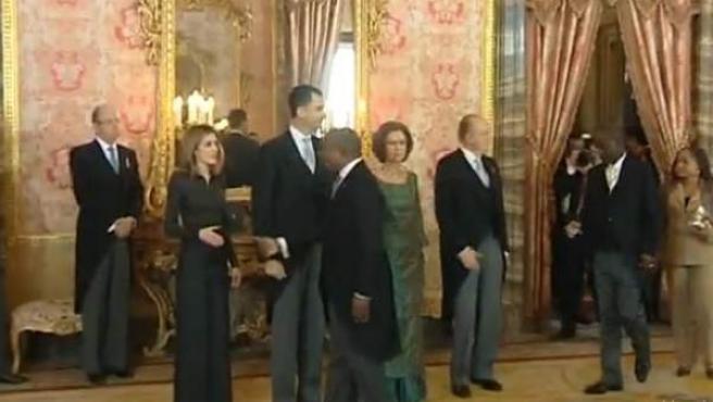Un diplomático congoleño niega el saludo a la Princesa de Asturias.