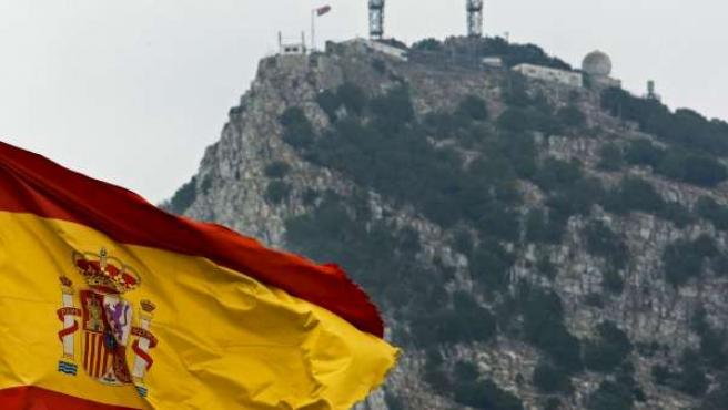 Una bandera española ondea frente al peñón de Gibraltar.