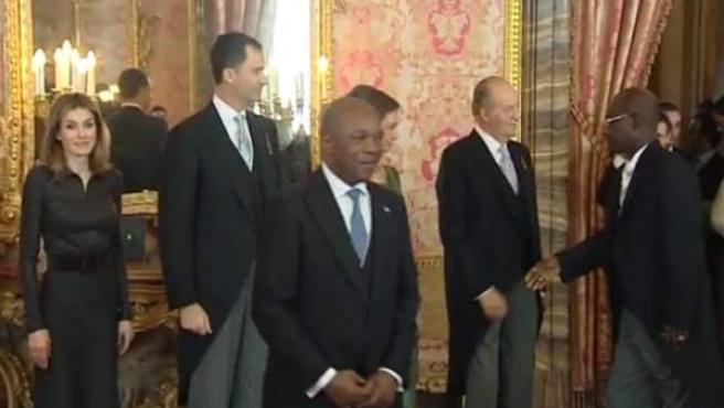El diplomático congoleño se aleja sin estrechar la mano de Doña Letizia.