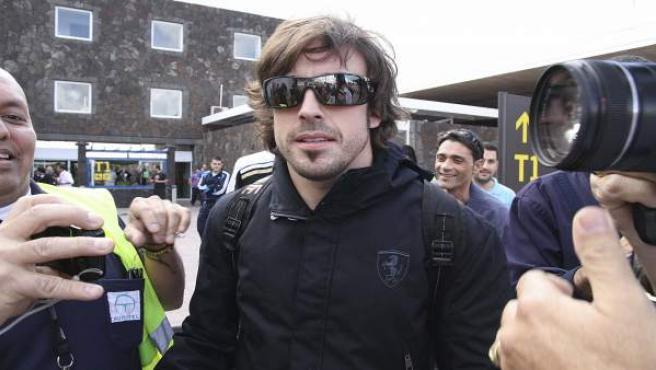 El piloto español de Ferrari Fernando Alonso a su llegada al aeropuerto de Lanzarote.