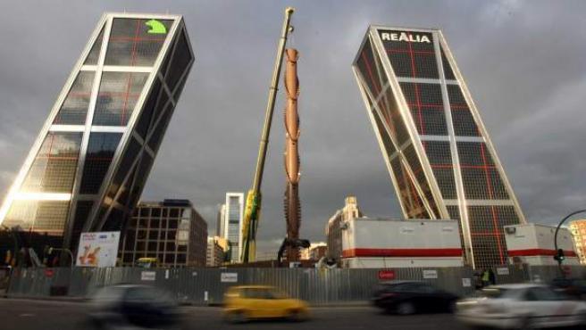 Colocación del obelisco de Calatrava junto a las Torres Kío en 2008.