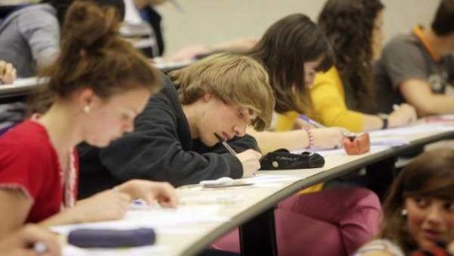 Algunos estudiantes universitarios durante un examen.