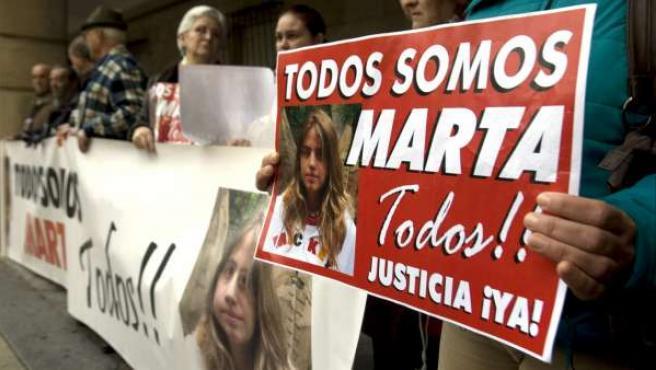 Un manifestante porta un cartel pidiendo justicia en el caso de Marta del Castillo.