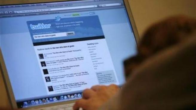 Un hombre utilizando Twitter.