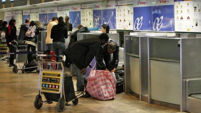 Varias personas, en el aeropuerto de Barajas.