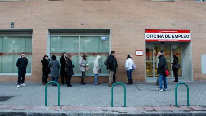 Personas esperando en la cola del paro en una oficina de empleo en Madrid.