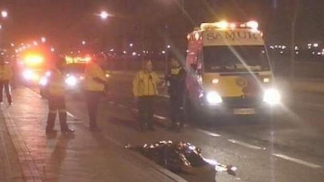 Efectivos de Emergencias y Samur desplegados en el lugar del accidente.