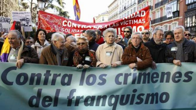 Miles de personas (entre ellos políticos, sindicalistas y artistas) se han manifestado en Madrid, convocados por la plataforma 'Solidarios con Garzón', para protestar contra las causas judiciales que el magistrado tiene abiertas en el Tribunal Supremo.
