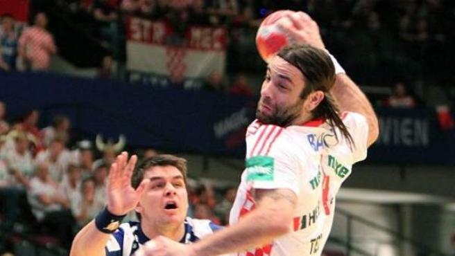 Ivano Balic realiza un lanzamiento durante un partido de la selección croata.