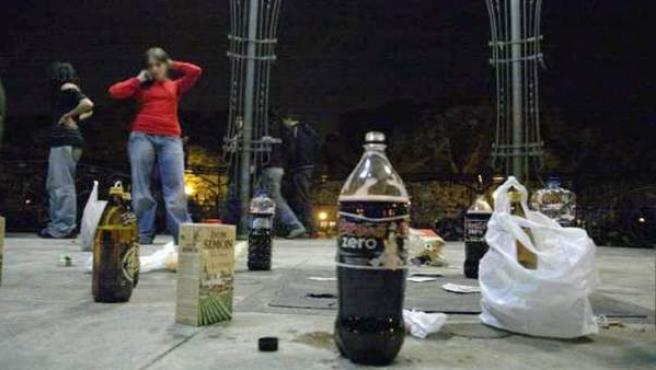 Jóvenes haciendo 'botellón' en la ciudad.