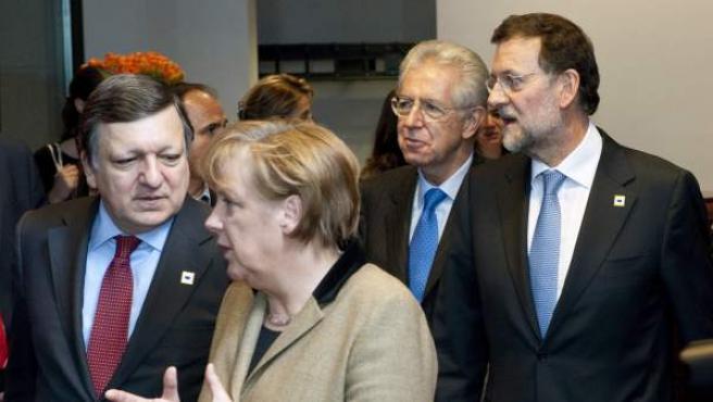 La canciller alemana, Angela Merkel, conversa con el presidente de la Comisión Europea, Jose Manuel Durao Barroso (i), seguidos de los jefes de Gobierno de España, Mariano Rajoy (d), e Italia, Mario Monti (i).