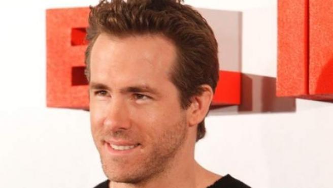 Nació en Canadá, en 1976. Estuvo prometido con Alanis Morissette y casado con Scarlett Johansson.