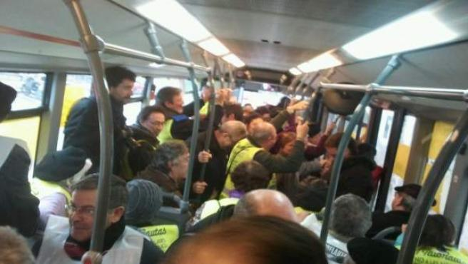 Los 'yayoflautas', en una protesta anterior, en un autobús de Barcelona.