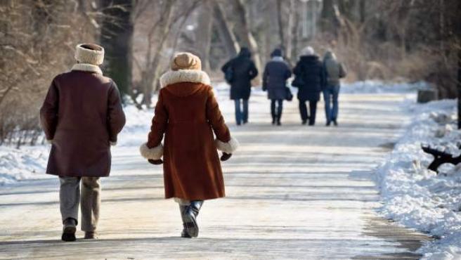 Varias personas caminan, muy abrigadas, por una calle de Lublin, Polonia.