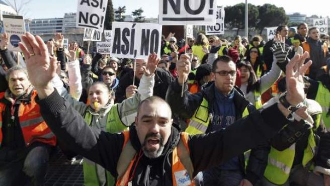 Trabajadores de Spanair protestan ante el Ministerio de Fomento.