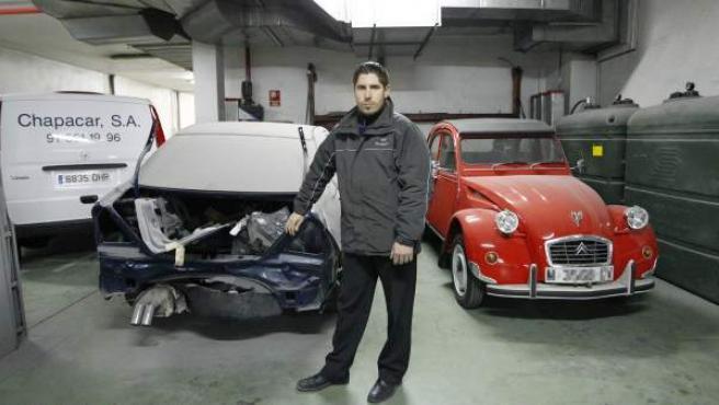Alberto Lobato, en su taller. Asegura que ha llegado a tener hasta cinco coches sin recoger.