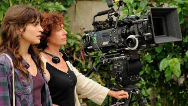 La cineasta Icíar Bollaín (derecha) junto a la actriz Verónica Echegui, durante el rodaje de 'Katmandú, un espejo en el cielo'.