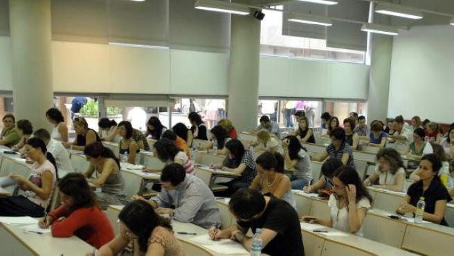 Imagen de archivo donde se muestra a unos opositores en medio de un examen.