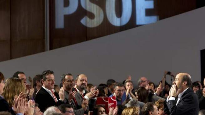 Alfredo Pérez Rubalcaba saluda a los asistentes tras su intervención ante el plenario del 38º Congreso del PSOE.