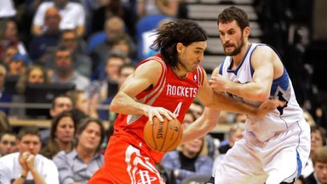 Luis Scola (i) y Kevin Love, en un momento del Minnesota Timberwolves - Houston Rockets, que terminó con victoria de los primeros.