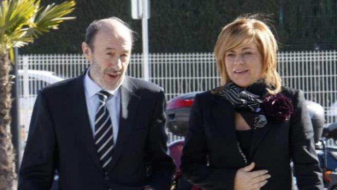El candidato a la secretaría general del PSOE Alfredo Pérez Rubalcaba acompañado por la diputada Elena Valenciano a su llegada al 38º Congreso del PSOE.