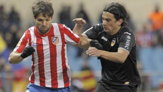 Diego Ribas y Tino Costa luchan por un balón durante el partido entre Atlético y Valencia.