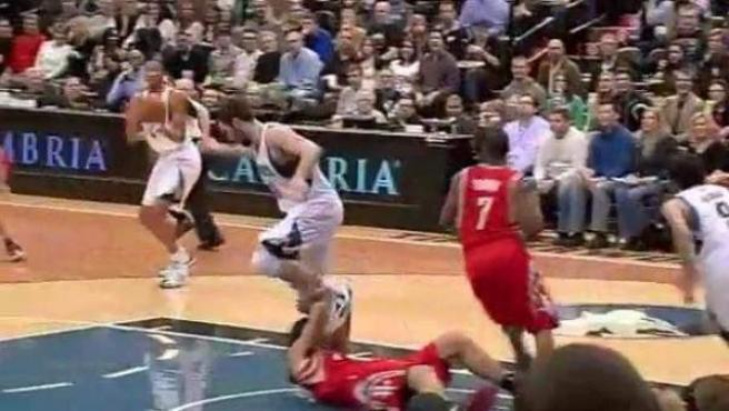 El pisotón de Kevin Love (Timberwolves) a Luis Scola (Rockets).