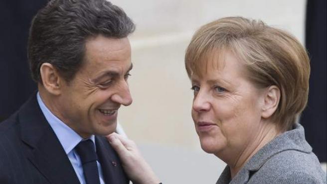 El presidente francés Nicolás, Sarkozy, saluda a la canciller alemana Angela Merkel en una imagen de archivo.