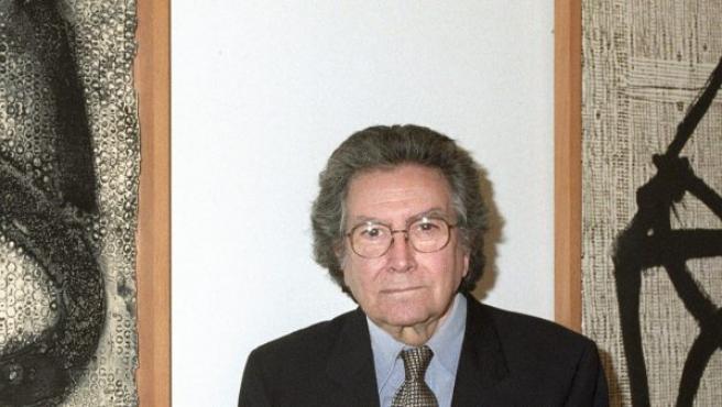 Antoni Tàpies, junto a una de sus obras.