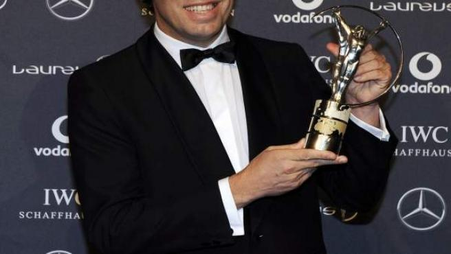 "El presidente del Barcelona FC, Sandro Rosell, posa con su premio ""Laureus Team of the Year""."