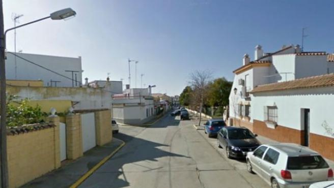 Una calle de Chiclana de la Frontera próxima al lugar donde se vendió la granada de mano en una bolsa de patatas.