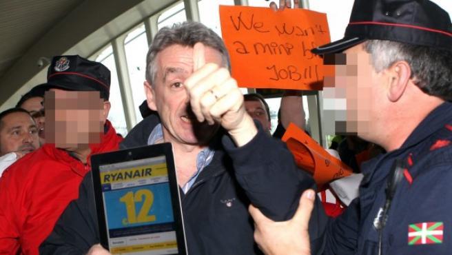 El presidente de Ryanair, Michael O'Leary, increpado por trabajadores de Spanair en el aeropuerto de Bilbao en una imagen de archivo.