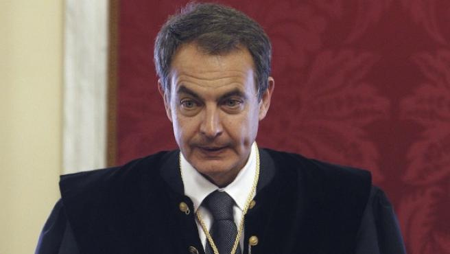 El expresidente del Gobierno José Luis Rodríguez Zapatero lee su discurso de ingreso en el Consejo de Estado.