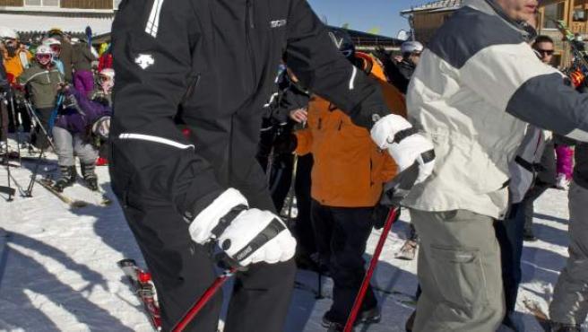 El príncipe Felipe este sábado al inicio de una jornada de esquí en las pista de Borreguiles de Sierra Nevada, adonde ha viajado en visita privada en compañía de unos amigos.