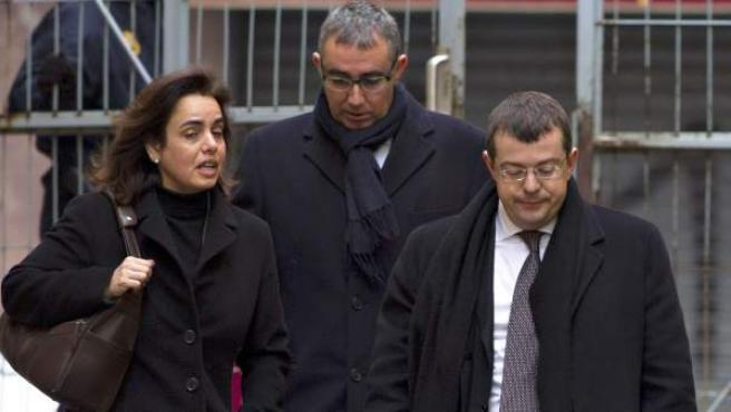 El exsocio de Iñaki Urdangarin en el Instituto Nóos Diego Torres (c), y su esposa, Ana María Tejeiro, junto a su abogado, Manuel González, en una imagen de archivo.