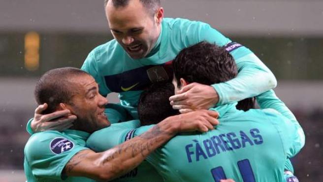De izquierda a derecha, Daniel Alves, el chileno Alexis Sánchez (C abajo), Andres Iniesta y Cesc Fabregas celebran un gol ante el Bayer Leverkusen.