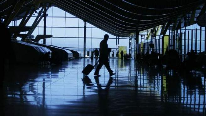 Un viajero en el interior de la T4 del aeropuerto de Madrid-Barajas.