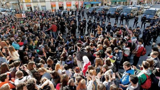 Estudiantes del Instituto Luis Vives, de Valencia, ante un amplio despliegue policial, cortan el tráfico frente al centro de enseñanza en protesta por los recortes en la enseñanza.