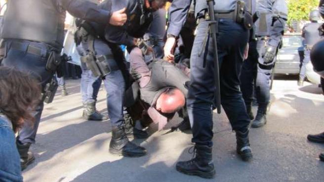 Agentes De Policía Con Uno De Los Detenidos