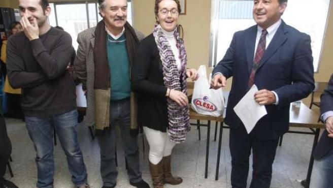 El conselleiro Javier Guerra, con Dolores Ramos y el alcalde de Caldas