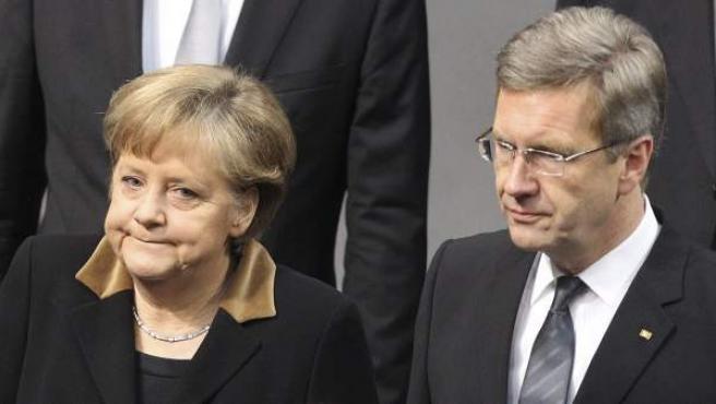Fotografía de archivo del 27 de enero de 2012 que muestra al presidente alemán Christian Wulff junto a la canciller Angela Merkel en el Bundestag de berlín.