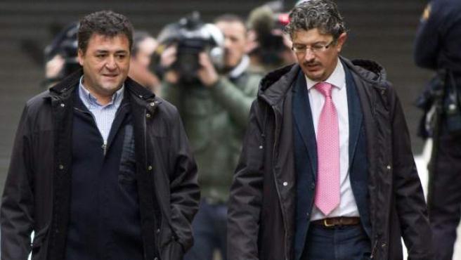 El ex director general de Deportes de Baleares José Luis 'Pepote' Ballester (i), junto a su abogado Angel Aragón, llega a los juzgados de Instrucción de la capital balear para prestar declaración ante el juez José Castro