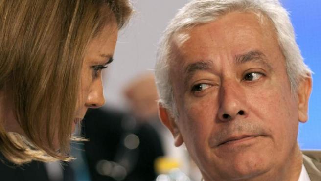 La secretaria general del PP, María Dolores de Cospedal, y el líder popular andaluz, Javier Arenas, charlan durante el plenario del XVII Congreso que el Partido Popular.