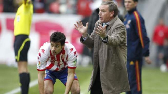 Javier Clemente da instrucciones en la banda junto a Roberto Canella, defensa del Sporting.