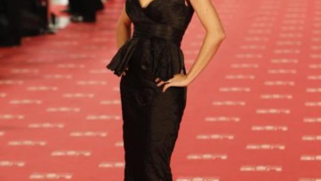 La presentadora Eva Hache, encargada de conducir la gala de los premios Goya 2012, ha llegado vestida de Hannibal Laguna con un espectacular vestido negro.