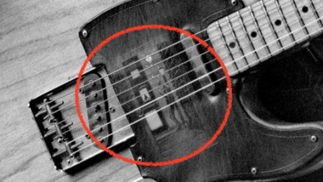 Las grandes ampliaciones del libro permiten adivinar el dibujo en la guitarra del 'Boss'